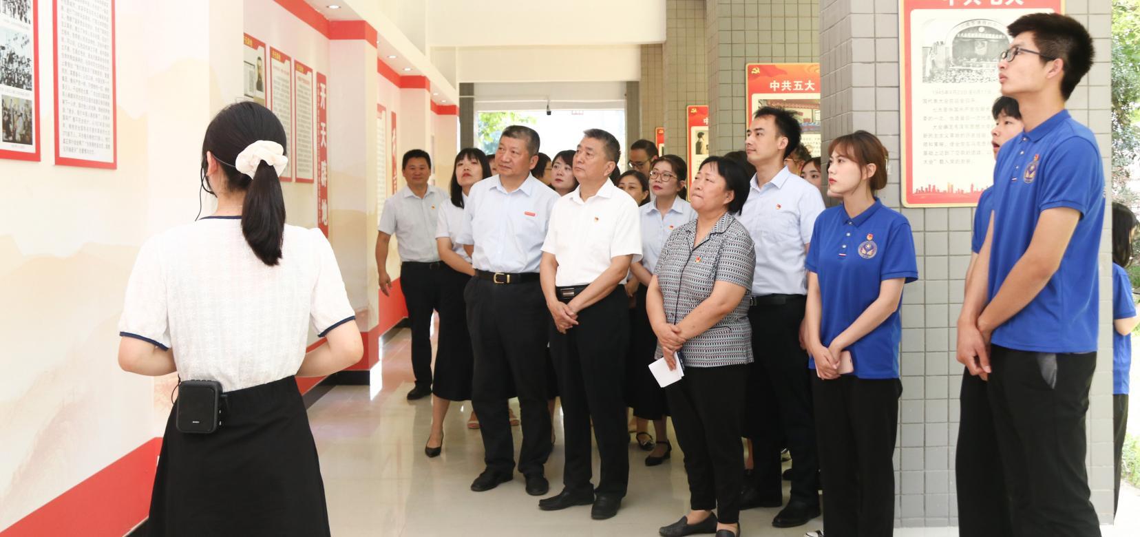 """郑州财经学院党史学习教育""""红色长廊""""建成 打造师生身边的红色教育阵地"""
