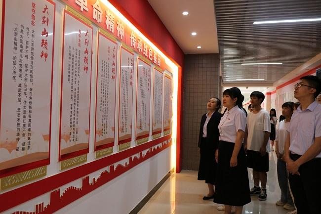 会计学院党总支组织党员师生开展参观党史学习教育红色长廊——红色走读活动