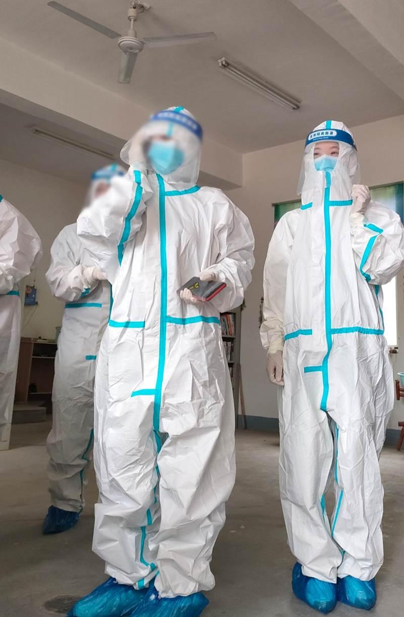 19注会5班原梦琪同学在做疫苗接种前准备工作