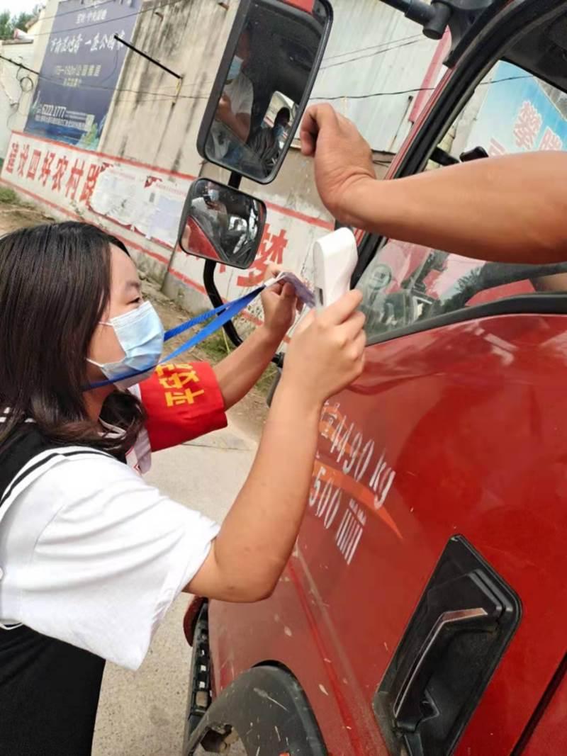 19会计1班 程梦瑶提醒过往的大车司机扫码、测温