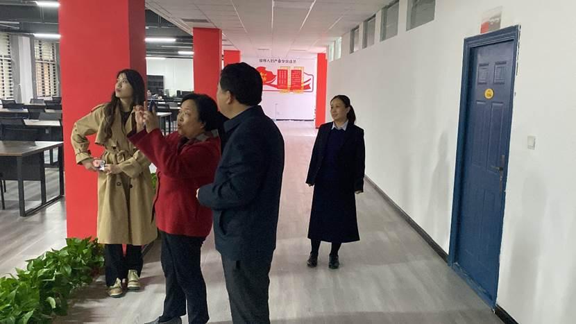 一群人站在室内中度可信度描述已自动生成