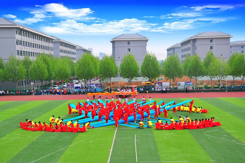 土木工程学院运用红色条幅拼成的大型中国结
