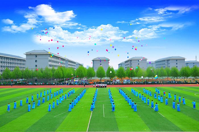 信息工程学院方队放飞和平鸽和彩气球